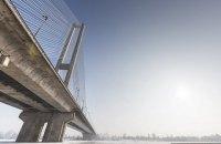Поліцейські в Києві затримали трьох чоловіків, котрі пробралися на верхівку Південного мосту
