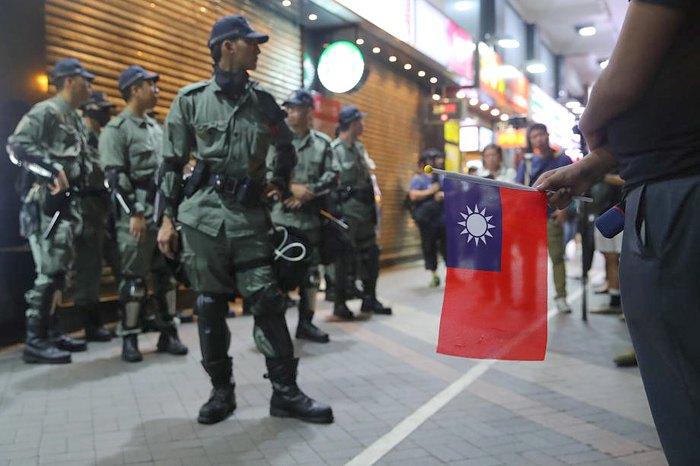 Полиция следит за порядком во время празднования национального дня Тайваня, Гонконг, 10 октября 2019.