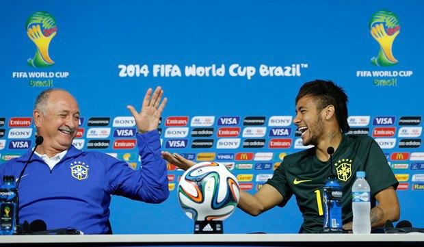 Тренер национальной сборной Бразилии по футболу Луис Фелипе Сколари и нападающий сборной Неймар во время пресс-конференции