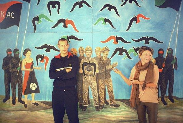 Художник Давид Чичкан и основатель арт-центра Изоляция Любовь Михайлова на фоне работы художника