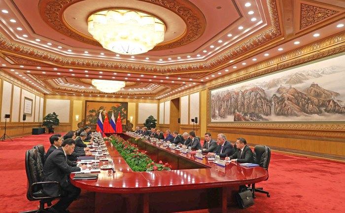 Переговоры делегаций в расширенном составе.
