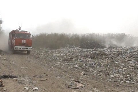 Рятувальники другу добу гасять пожежу на звалищі в Закарпатській області