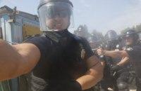 Полицейский применил слезоточивый газ против фотокорреспондента во время столкновения на стройплощадке в Киеве