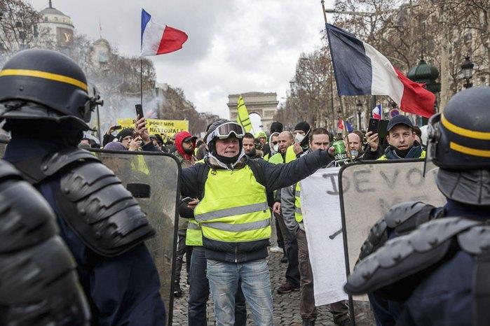 Стычки протестующих «Желтых жилетов» с полицией на Елисейских полях во время 13-го подряд национального протеста в Париже, Франция, 9 февраля 2019.