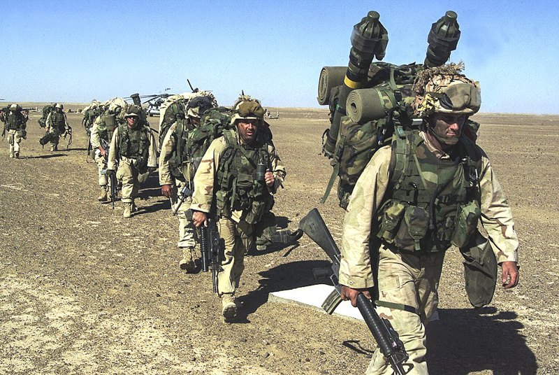 Американські морські піхотинці прямують на безпечну позицію після захоплення передової оперативної бази 'Талібан' 25 листопада 2001 р.