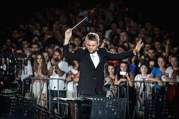 Кирило Карабиць диригує оркестром I, Culture Orchestra на Майдані в Києві, 24 серпня 2015 р.