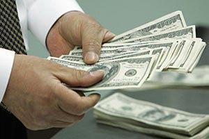 Обмеження на зняття валюти з рахунків продовжено до осені