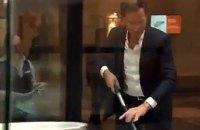 Премьер Нидерландов пролил кофе на входе в парламент и сам вытер его шваброй
