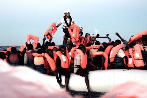 У Середземному морі за добу врятували понад 1000 біженців, серед них діти і вагітні жінки