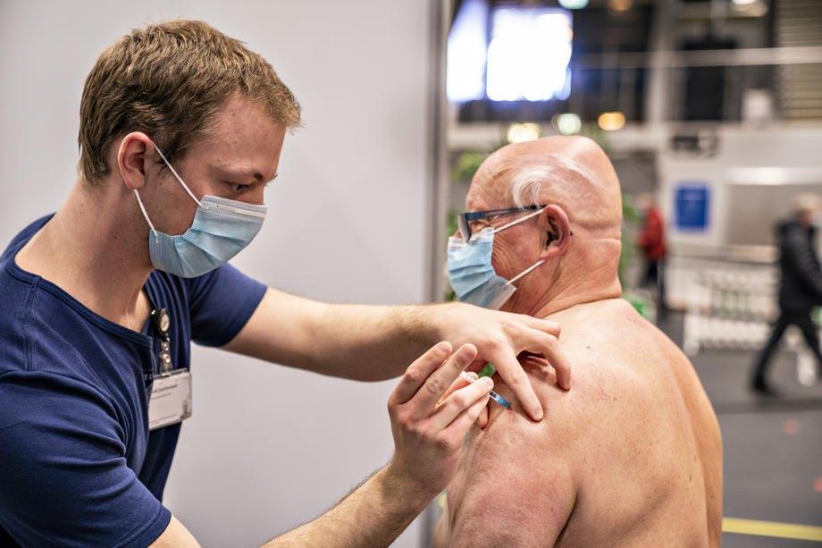 У центрі вакцинації проти Covid-19 в Arena Nord у Фредеріксгавні, Данія, 12 квітня 2021 р.