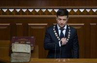 У Зеленского во время  инаугурации упало президентское удостоверение