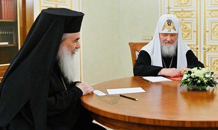 Патриарх Иерусалимский Феофил III и глава РПЦ Патриарх Кирилл во время встречи в Москве, 21 ноября 2019