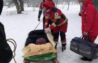 На Львовщине из-за снежных заносов женщину с инфарктом доставляли к скорой на санях