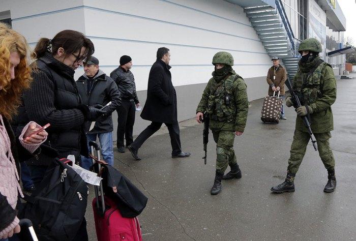 Неопознанные вооруженные люди в военной форме возле здания аэропорта в Симферополе, 28 февраля 2014.