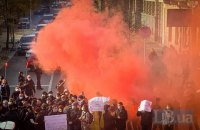 Під Радою мітингувальники запалалили димові шашки і намагалися перекрити рух