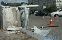 У Києві Skoda, протаранивши бетонний парапет, залетіла на АЗС