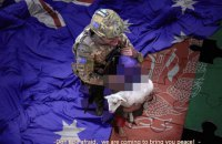 Австралия требует извинений от Китая за фейковые фото с солдатом и ребенком в официальной заметке