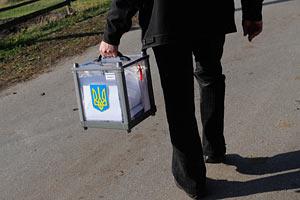 У Києві члени виборчкому втекли разом з урною