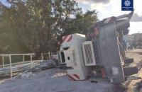 На Борщагівському шляхопроводі в Києві, який ремонтується, впав автокран