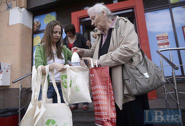 Активисты раздавали людям эко-сумки в замен полиэтиленовым пакетам