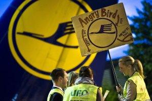 """Авиакомпания """"Люфтганза"""" отменила 1200 рейсов из-за забастовки бортпроводников."""