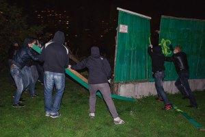 Милиция начала охоту на активистов, которые сносят строительные заборы