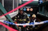 В метро Нью-Йорка поезд в час пик сошел с рельсов, десятки травмированных