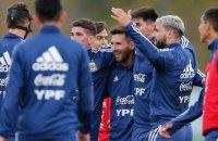 Партнеры Месси по сборной Аргентины выстроились в длинную очередь, чтобы сделать с Лео селфи
