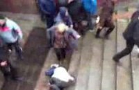 Міліція затримала жінку, яка ногами добивала побитих активістів у Харкові
