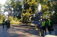 Націоналісти на чолі з Коханівським закидали яйцями пам'ятник Ватутіну (оновлено)