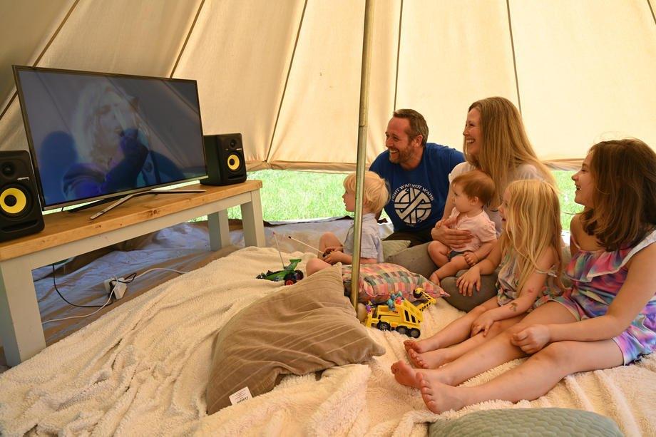 Сім'я дивиться онлайн виступ музиканта Девіда Боуї, Лондон, 25 червня 2020 р