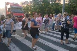 В Николаеве милиция оттеснила родственников десантников, заблокировавших мост (Добавлено видео)