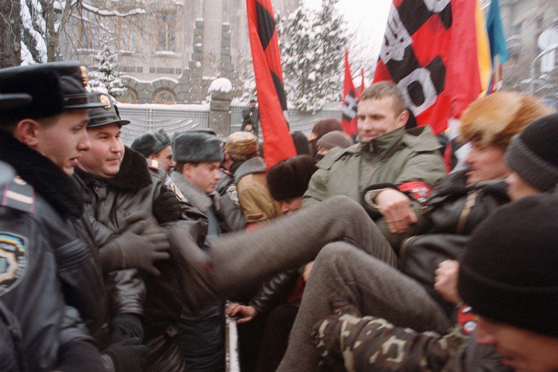 Сутички протестуючих із «беркутівцями» під Адміністрацією президента, 9 березня 2001 року.
