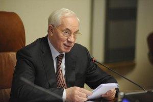 """Азаров пишається """"воїнами"""" """"Беркута"""" та обіцяє гроші"""