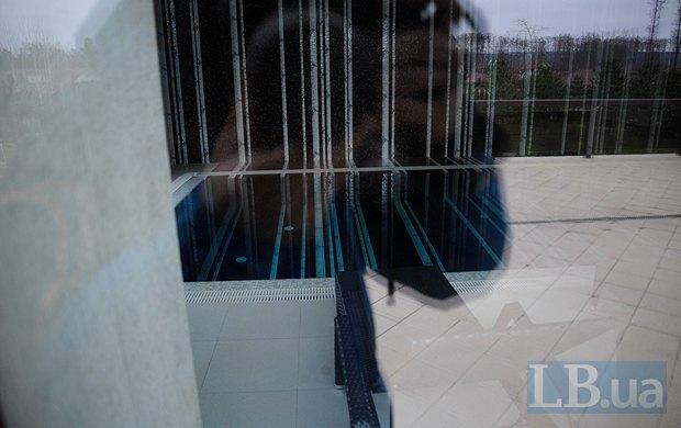 Через окно просматривается бассейн
