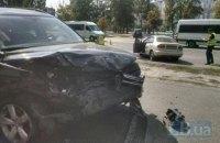 У Києві на Ревуцького Lanos врізався в припаркований автомобіль, загинув водій