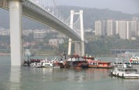 В Китае автобус упал в реку с 60-метрового моста