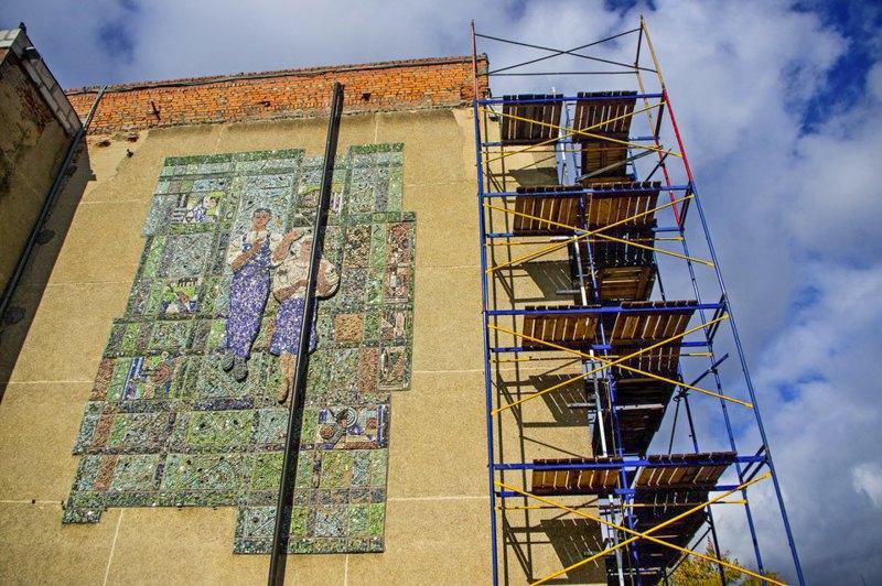 Мозаїка 'Робітник та робітниця' чернігівського Палацу культури