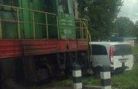 На переезде в Луцке тепловоз врезался в микроавтобус