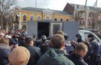 """""""Нацдружины"""" устроили потасовку возле предвыборного митинга Порошенко в Полтаве, есть задержанные"""