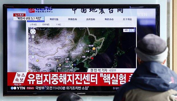 На экране - сюжет северокорейского телеканала о взрыве водородной бомбы