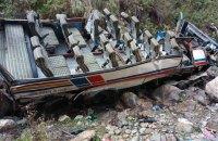42 человека погибли после падения автобуса в горной местности Гималаев