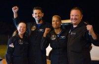 Цивільні астронавти місії SpaceX успішно повернулися на Землю