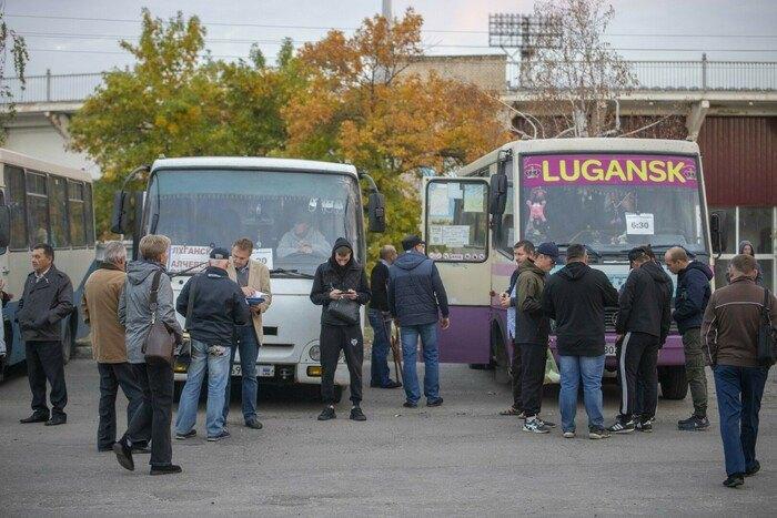 Автобуси з виборцями з окупованого Луганська