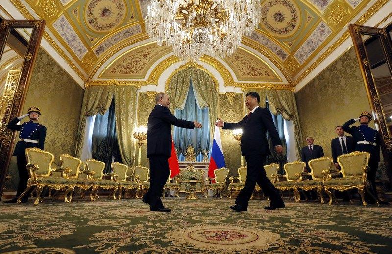 Президент РФ Владимир Путин приветствует лидера Китая Си Цзиньпина в Кремле, Москва, 4 июля 2017