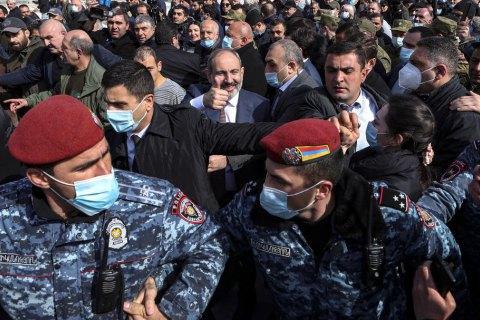 В Ереване протестующие заблокировали здание парламента