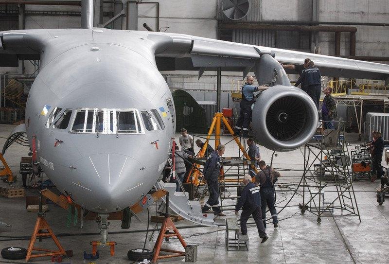 Працівники заводу імені Антонова збирають новий літак Ан-178 у складальному залі заводу в Києві, 14 липня 2015 .