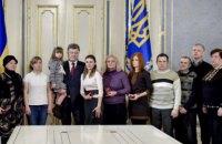 """П'ятьох """"кіборгів"""" посмертно нагородив президент"""