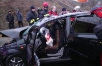 Фура не розминулася з легковим автомобілем в Києві: п'ятеро постраждалих