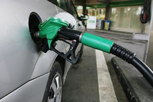 Падіння євро підвищує ціни на бензин у Європі